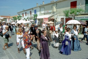 Arlésiennes_en_costume_aux_Saintes-Maries-de-la-Mer